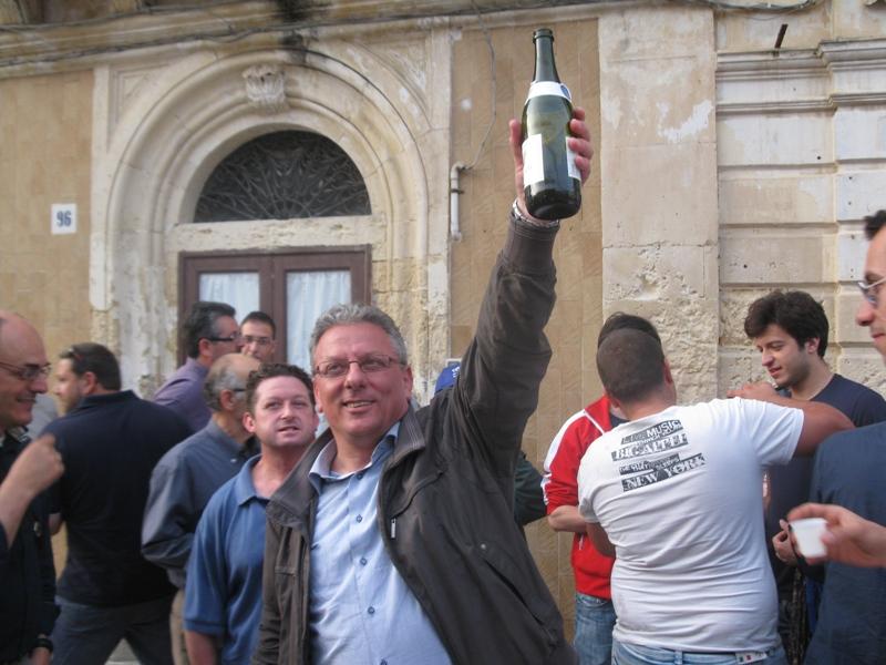 il_sindaco_Paolo_Amenta_festeggiato_in_piazza